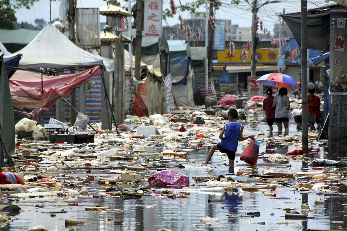 Des déchets flottants dans une rue